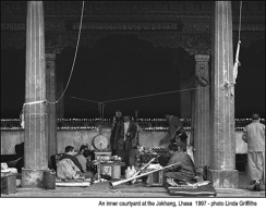 Jokhang_inner_courtyard